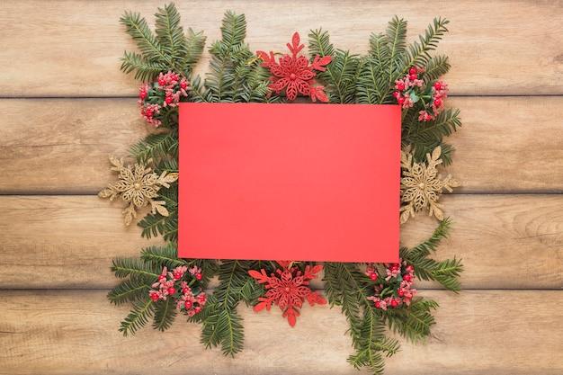 Papier auf dekorativen weihnachtszweigen Kostenlose Fotos