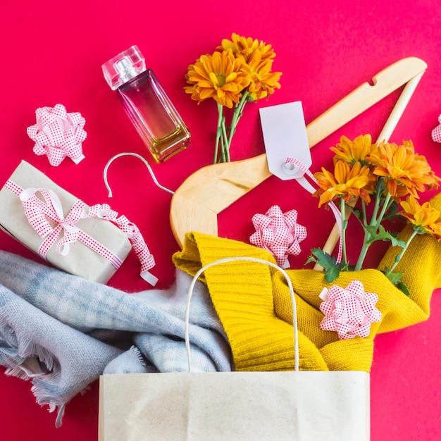 Papier-bastelpaket mit dameneinkäufen - kleidung, geschenke, parfüm, blumen Premium Fotos