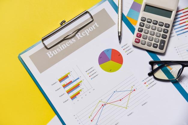 Papier-finanzbericht des geschäftsdiagrammdiagrammberichts mit taschenrechnerstift und -gläsern Premium Fotos