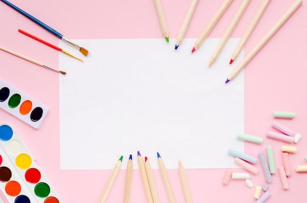 Papier mit farben und stiften leeren Kostenlose Fotos