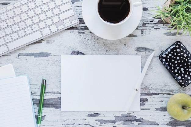 Papier und bleistift nahe tastatur und kaffeetasse Kostenlose Fotos