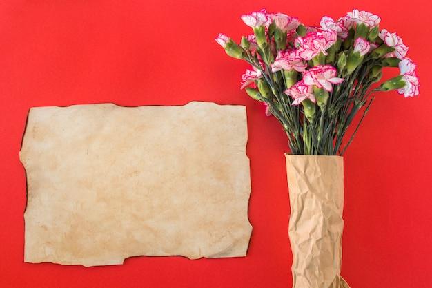 Papier und bouquet von frischen, wunderschönen blüten Kostenlose Fotos