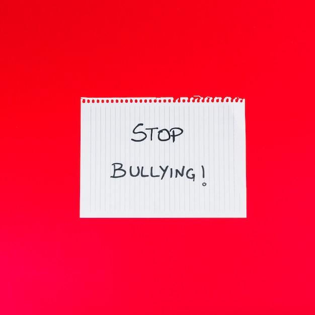 Papierblatt mit stoppen sie, wörter zu tyrannisieren Kostenlose Fotos