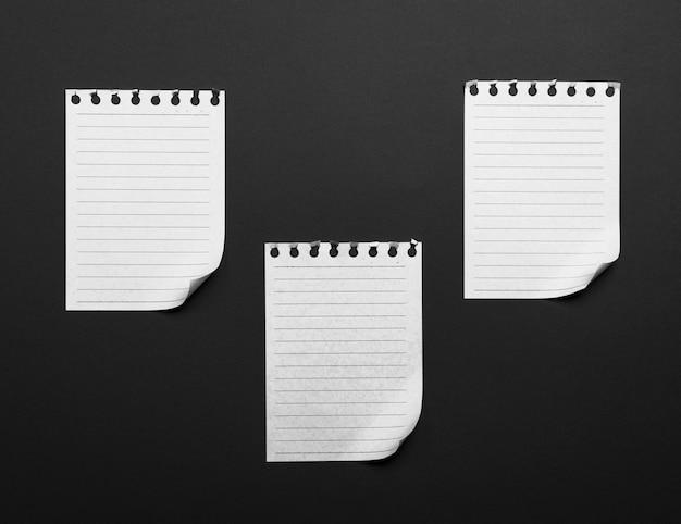 Papierbögen, die aus einem notizblock mit einer gefalteten unteren ecke herausgerissen wurden Premium Fotos