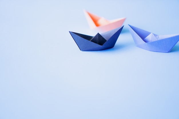 Papierboot drei auf sauberem hintergrund mit kopienraum Premium Fotos