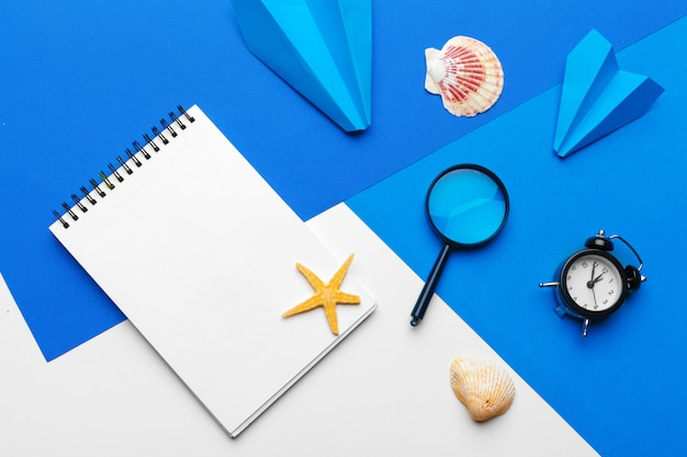 Papierfläche mit bürozubehör auf blauem hintergrund Premium Fotos