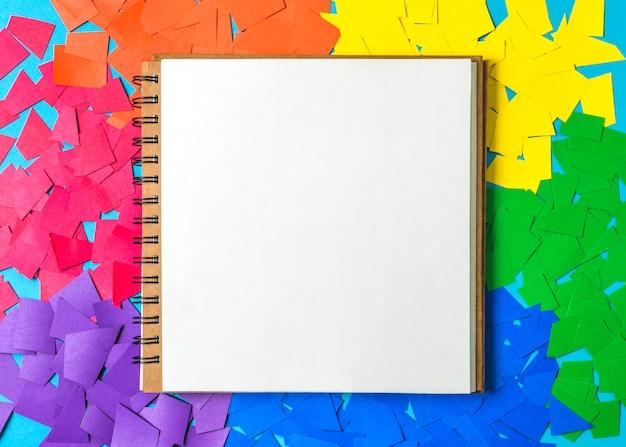 Papierhaufen in hellen lgbt-farben und notizbuch Kostenlose Fotos