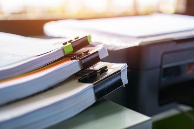 Papierkram stapelt akten oder unfertige dokumente mit clippapieren Premium Fotos
