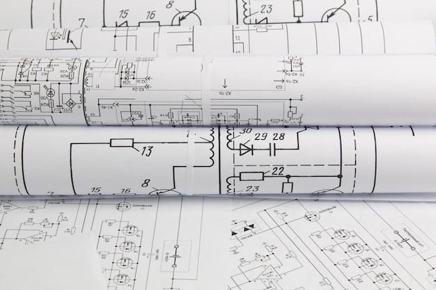 Papierrollen von elektrotechnischen zeichnungen Premium Fotos