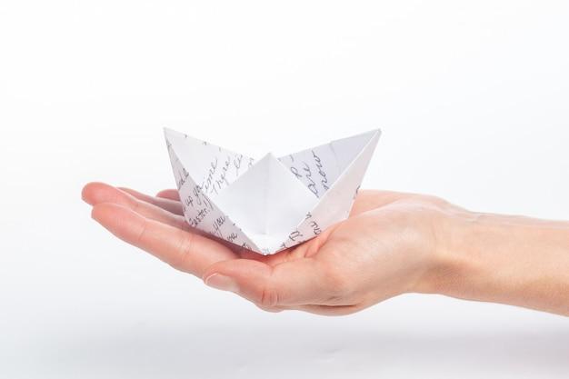 Papierschiff in einer weiblichen hand Premium Fotos