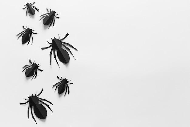 Papierspinnen auf einem weißen hintergrund Premium Fotos