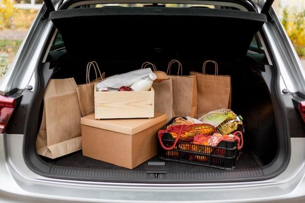 Papiertüten und kisten im kofferraum des autos Kostenlose Fotos