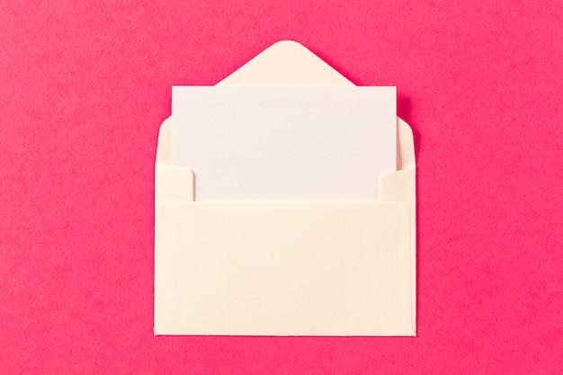Papierumschläge auf einem farbigen rosa Premium Fotos