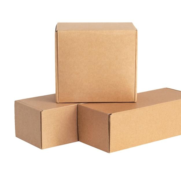 Pappkartons für waren auf weißer fläche. andere größe. auf weißer oberfläche isoliert. Premium Fotos