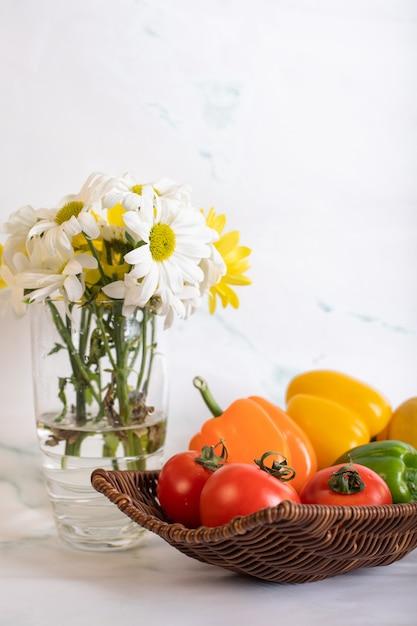 Paprika-tomatenplatte und eine blumenvase Kostenlose Fotos