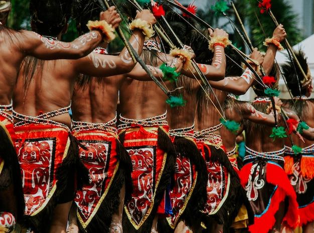 Papua-männer, die traditionelles tuch verwenden Premium Fotos