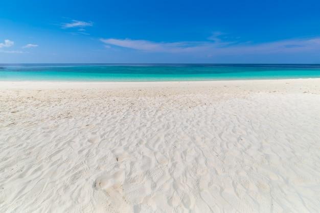 Paradiesstrand und der blaue himmel in khai-insel in satun-provinz, thailand Premium Fotos
