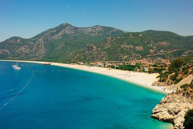 Paragliding bei sonnigem wetter über oludeniz strand, fethiye, türkei - 07 juni 2018 Premium Fotos