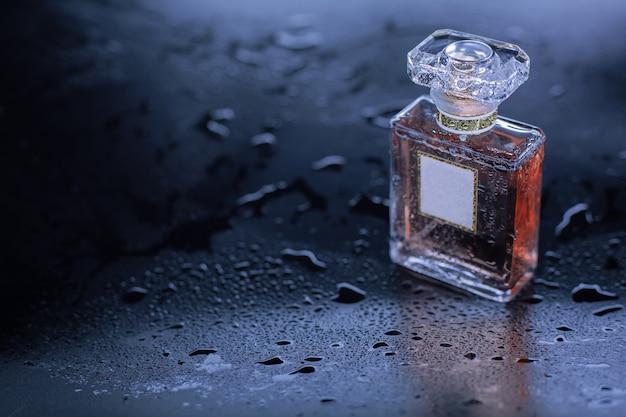 Parfüm auf grauem nassem hintergrund Premium Fotos