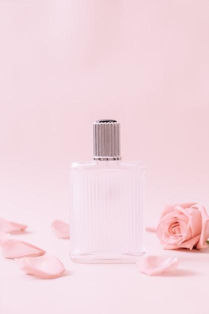 Parfümflasche mit rosenblättern Premium Fotos