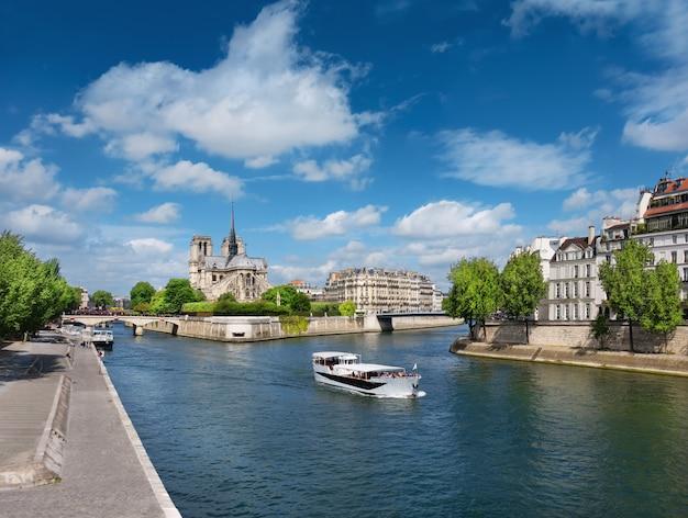 Paris im frühling. touristenboot auf dem fluss führt an ile st. louis vorbei Premium Fotos