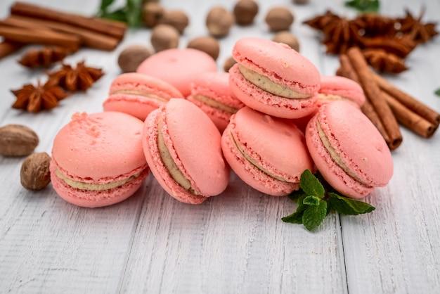 Pariser macarons auf weißem holztisch Premium Fotos
