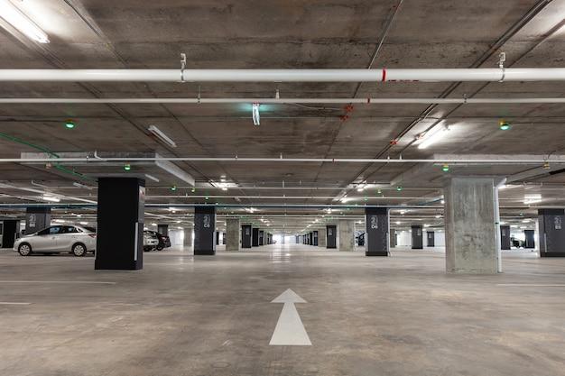 Parkhausinnenraum, industriegebäude, leeren unterirdischen innenraum Premium Fotos