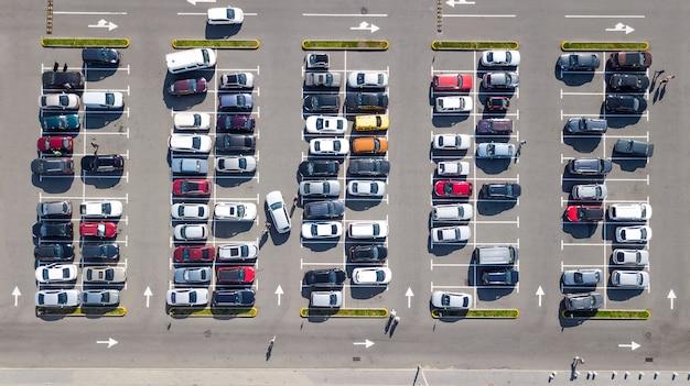 Parkplatz mit vielen autos luft oben drohnenansicht von oben, stadtverkehr und stadtkonzept Premium Fotos