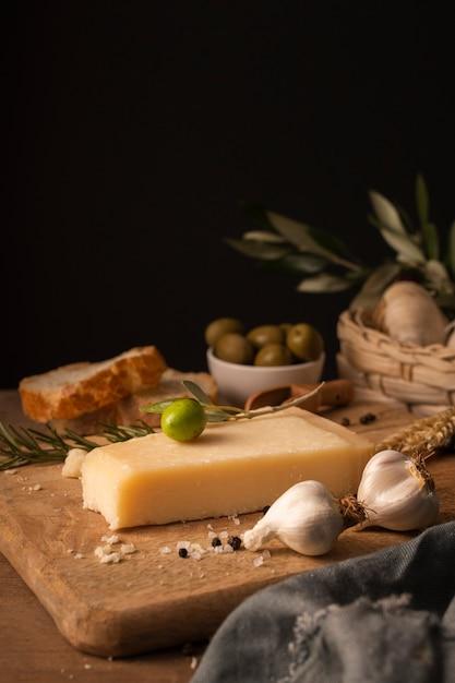 Parmesan und knoblauch auf schneidebrett Kostenlose Fotos
