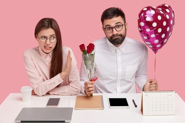 Partner bei der arbeit klären beziehungen. unzufriedene frau weigert sich, blumenstrauß und valentinstag von männlichem kollegen zu erhalten, lehnt werbung ab Kostenlose Fotos