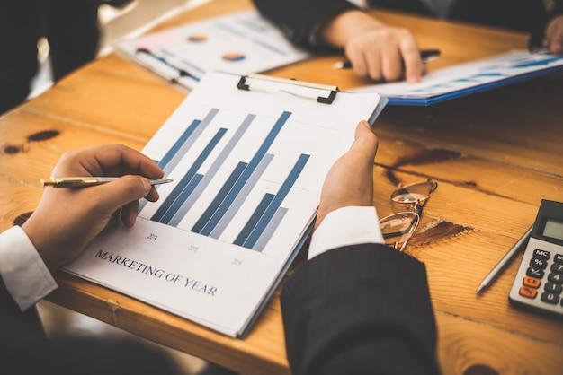 Partner-terminvereinbarung mit einem wirtschaftsprüfer. Premium Fotos