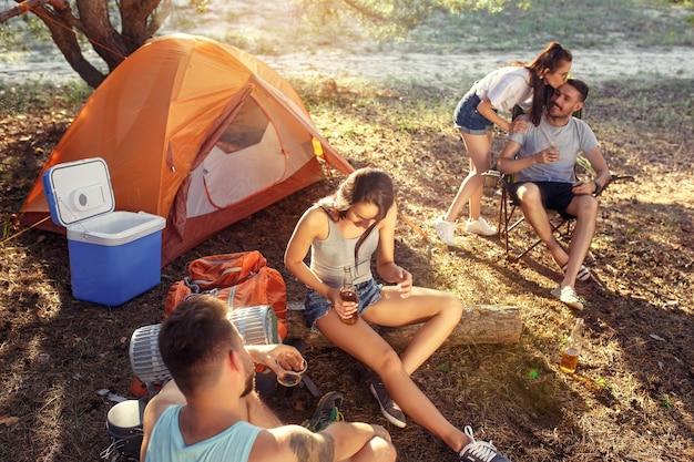 Party, camping der männer- und frauengruppe am wald Kostenlose Fotos