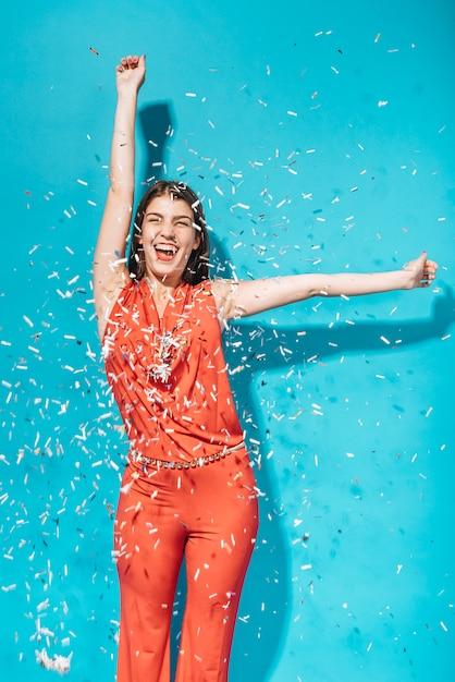 Party-girl posiert mit konfetti Kostenlose Fotos