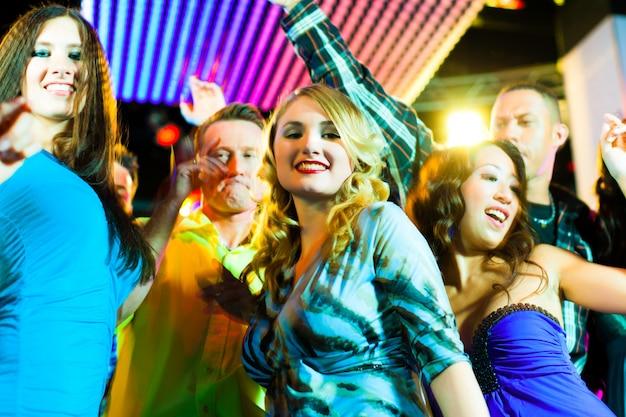 Party leute tanzen in disco oder club Premium Fotos