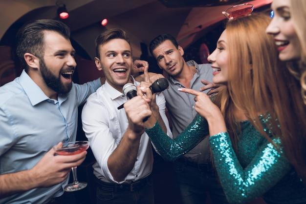 Party zeit. musikalische schlacht im karaoke club Premium Fotos