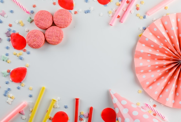 Partydekorationen mit zuckerstreuseln, keksen auf weißem tisch Kostenlose Fotos