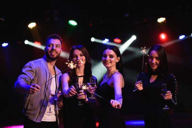 Partygänger feiern im club Premium Fotos