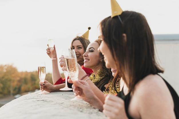 Partygirls, die sich über die aussicht vom dach wundern Kostenlose Fotos
