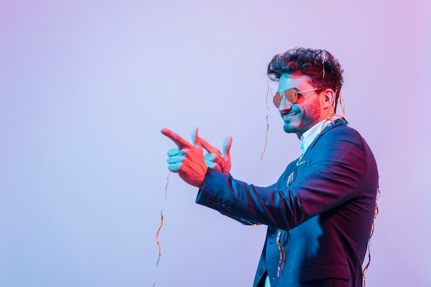 Partyjunge, der mit konfetti aufwirft Kostenlose Fotos