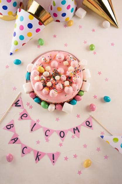 Partykuchen mit farbe besprüht Premium Fotos