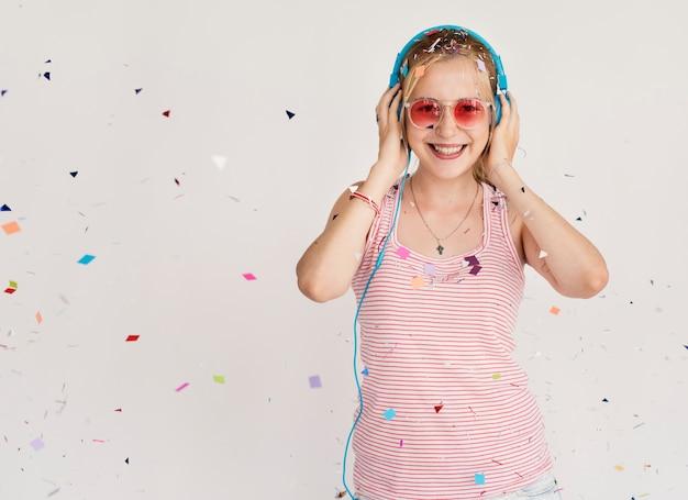 Partymädchen, das musik in den kopfhörern hört Premium Fotos