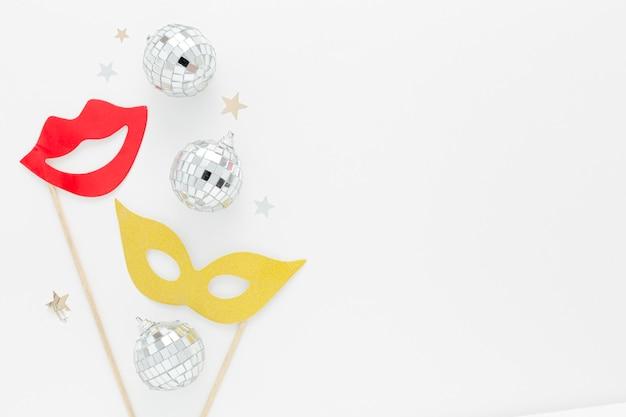 Partymaske mit silbernen globen auf dem tisch Kostenlose Fotos