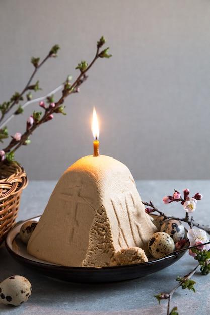 Paskha und kulich, traditioneller orthodoxer ostern-quark-nachtisch-klumpen. Premium Fotos