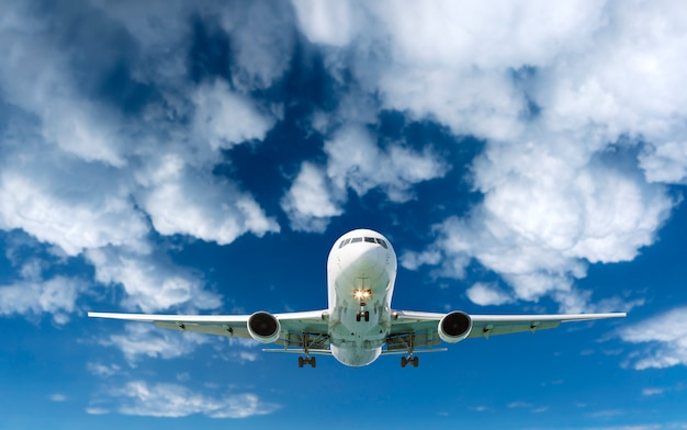 Passagier airliner airplane in den weißen wolken des himmels fliegen Premium Fotos