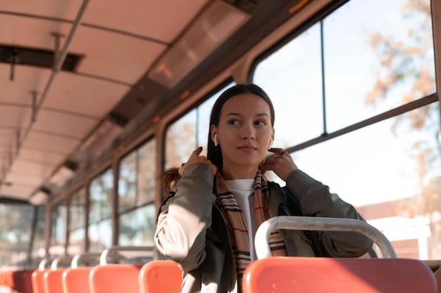 Passagier, der in den öffentlichen verkehrsmitteln der straßenbahn sitzt Kostenlose Fotos