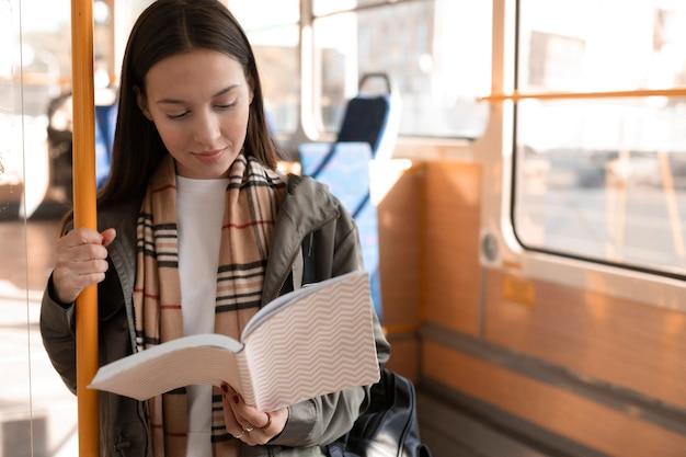 Passagier lesen und mit der straßenbahn fahren Kostenlose Fotos