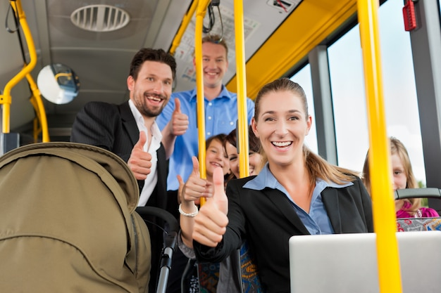 Passagiere in einem bus Premium Fotos