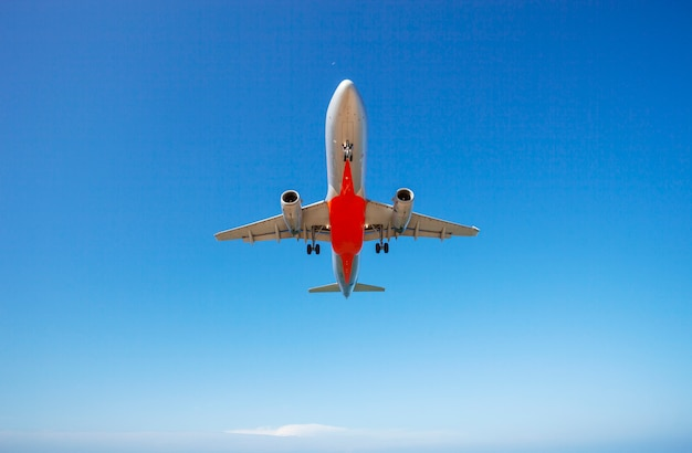Passagierflugzeug, das klaren hintergrund des blauen himmels und der wolken landet Premium Fotos