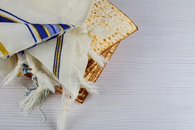 Passahfestmatzot des jüdischen feiertags mit seder auf platte auf tabellenabschluß oben Premium Fotos