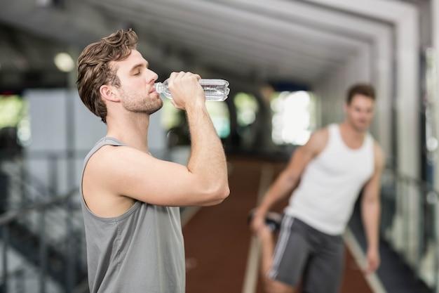 Passendes trinkwasser des mannes an crossfit turnhalle Premium Fotos